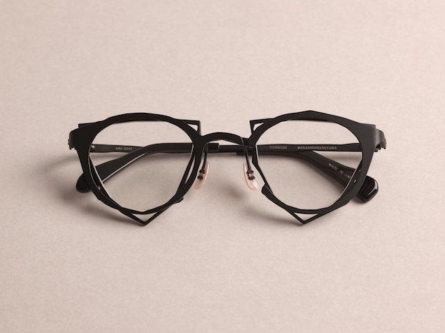 Оптические очки ///  устанавливаем линзы любой сложности. Французские линзы Essilor и немецкую оптику Carl Zeiss. Выполняем подгонку и формовку оправ.
